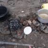 koken met houtskool tussen steentjes